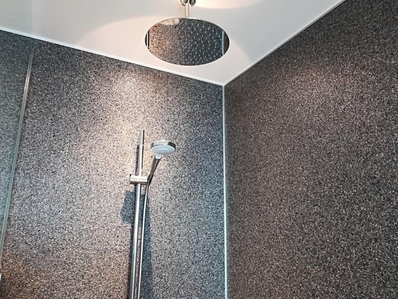 Steinteppich Dusch  und Wandelement 20x20cm