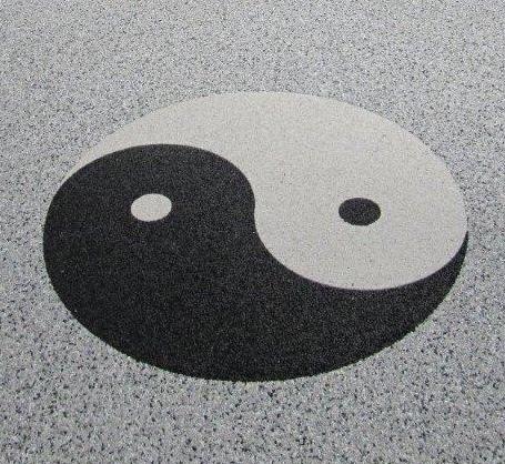 Natursteinteppich Logo Ying + Yang, rund mit Metallrahmen