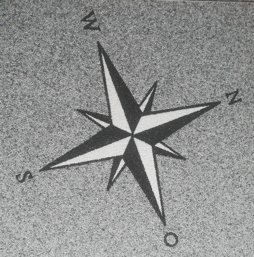 Natursteinteppich Logo Windrose, 100x100cm